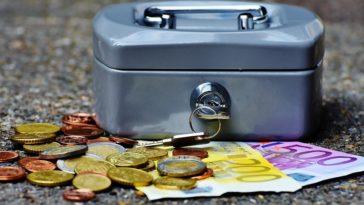 caisse avec de l'argent dont des pièces et des billets